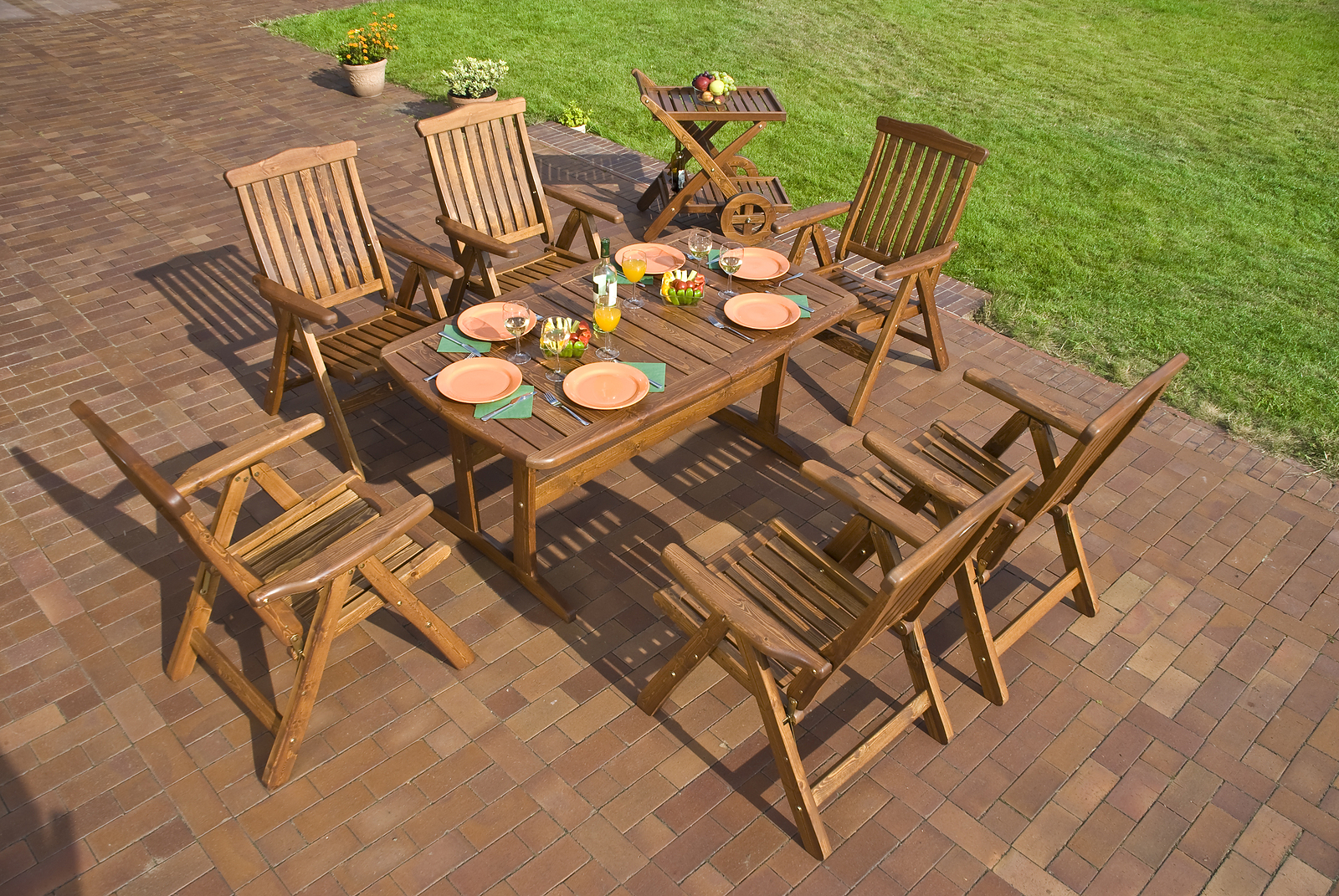 Garden With Outdoor Dining Furniture Sets